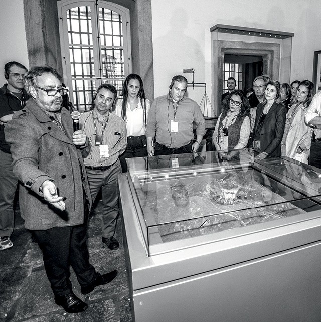 O professor Carvalho dá uma aula sobre a Inconfidência Mineira aos alunos do Legacy  (Foto: Paulo Marcio)