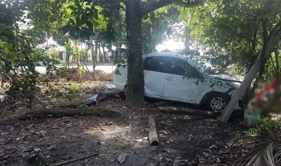Idoso morre às margens de rodovia após ser atingido por carro que tentava fazer ultrapassagem na BA (Foto: Divulgação/PRF)