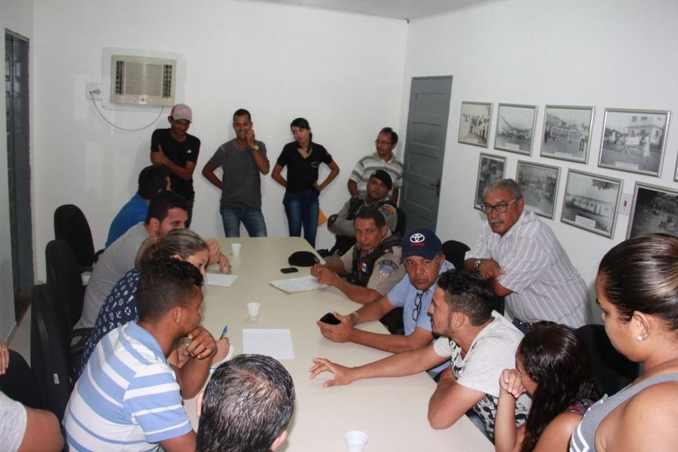 PM, representantes de blocos e da prefeitura durante reunião onde ficou definida a proibição do hit 'Que tiro foi esse' (Foto: Anderson Cláudio/ Ascom Joaquim Gomes)