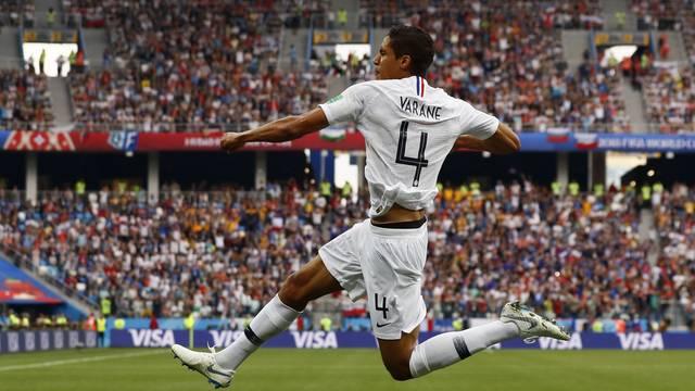 Varane comemora gol de cabeça pela França contra o Uruguai