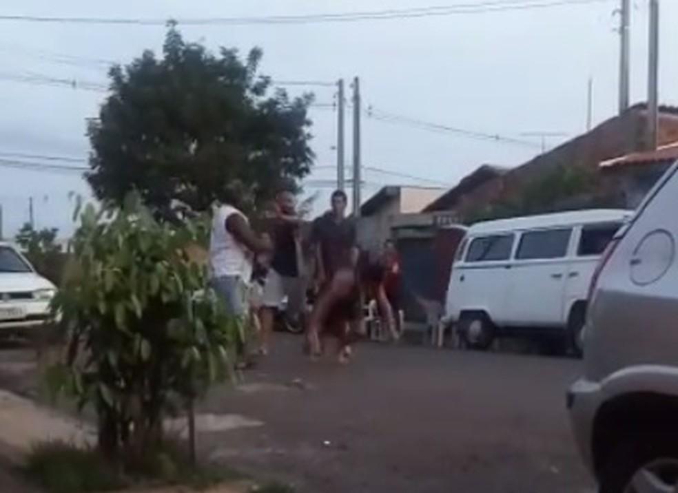 Mulher caiu desmaiada após levar a paulada — Foto: Reprodução