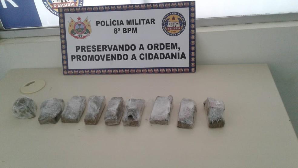 Mulheres foram flagradas com nove tijolos de maconha em Sena Madureira, no interior do Acre — Foto: Divulgação/PM-AC