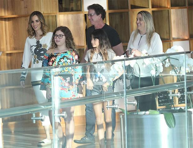 Ana Furtado e Boninho, passeiam com família no Shopping  (Foto: AgNews)