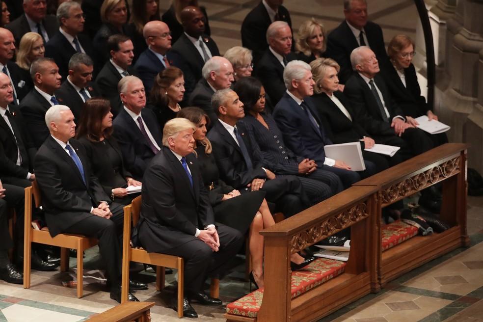 Presidente Donald Trump e primeira-dama Melania Trump, ao lado de ex-presidentes e primeiras-damas, esperam início da cerimônia em homenagem a George H. W. Bush nesta quarta-feira (5) na Catedral Nacional de Washington — Foto: Chip Somodevilla/Getty Images/AFP