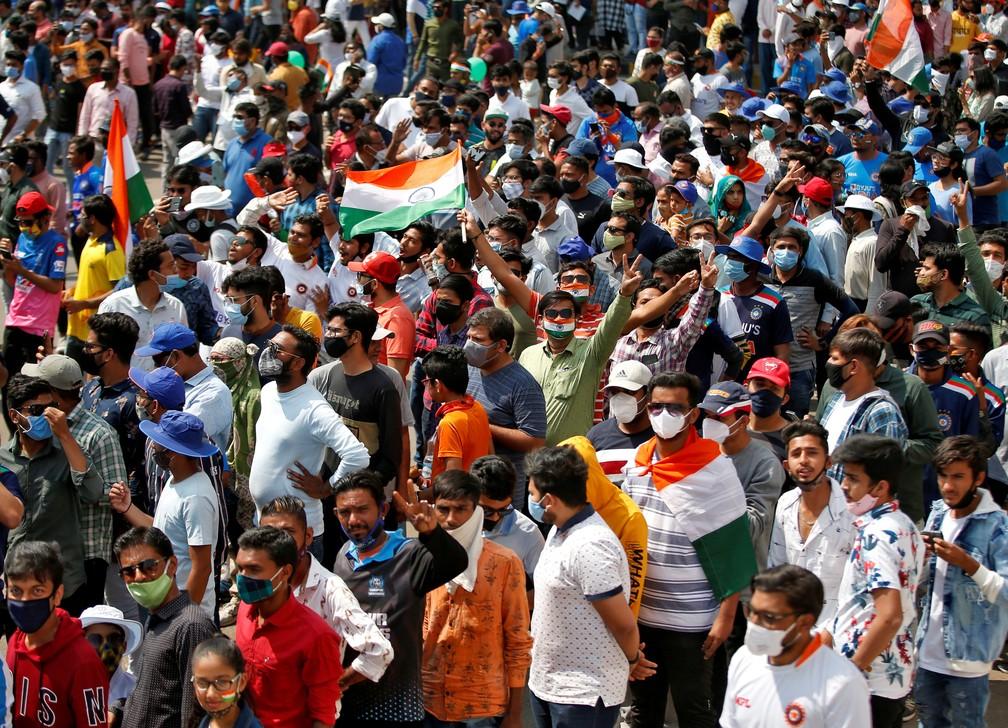 Foto de 24 de fevereiro de 2021 mostra fãs de críquete na porta do Estádio Narendra Modi antes da partida entre a Índia e a Inglaterra em Ahmedabad — Foto: Amit Dave/Reuters