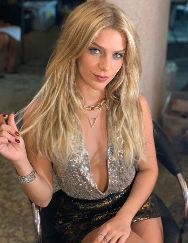 Isabella Santoni vive a sensual Viviane na série Dom (Foto: Reprodução/Instagram)