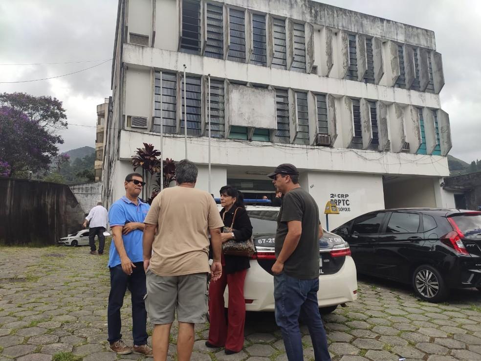 Familiares e amigos do ex-ministro Gustavo Bebianno no IML de Teresópolis, para onde corpo foi encaminhado neste sábado — Foto: Marcelo Santos/Inter TV RJ
