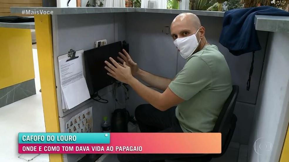 Repórter Ivo Madogllio vai para trás da bancada em que Tom Veiga ficava  Foto: Globo