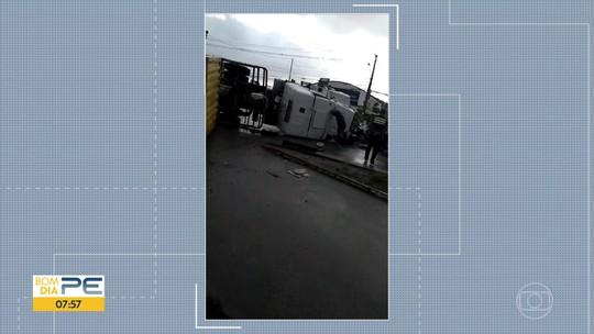 Caminhão tomba na PE-60, no Cabo de Santo Agostinho