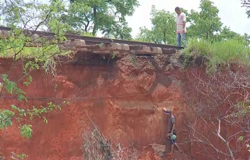 Defesa Civil alertou moradores para não ficarem próximos à cratera aberta em Bauru  — Foto: TV TEM/Reprodução