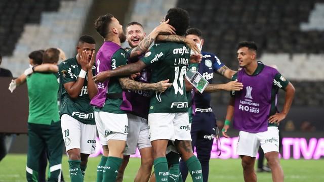 Jogadores se abraçam: o Palmeiras é campeão da Libertadores