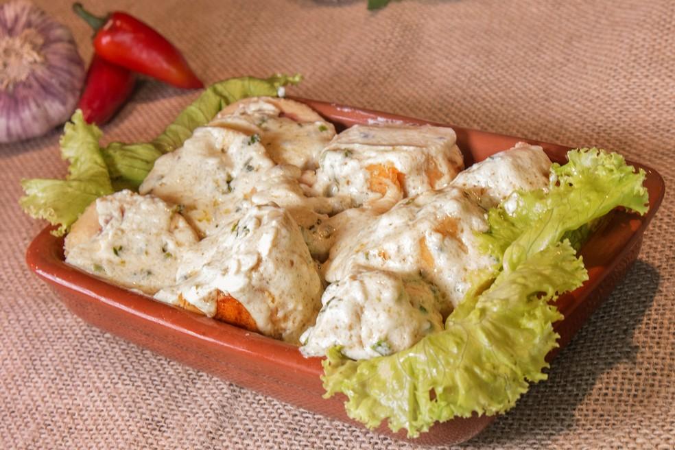 Filé de frango recheado com brócolis, bacon e cream cheese acompanhado de molho de gorgonzola (Foto: Renata Prado/Divulgação)