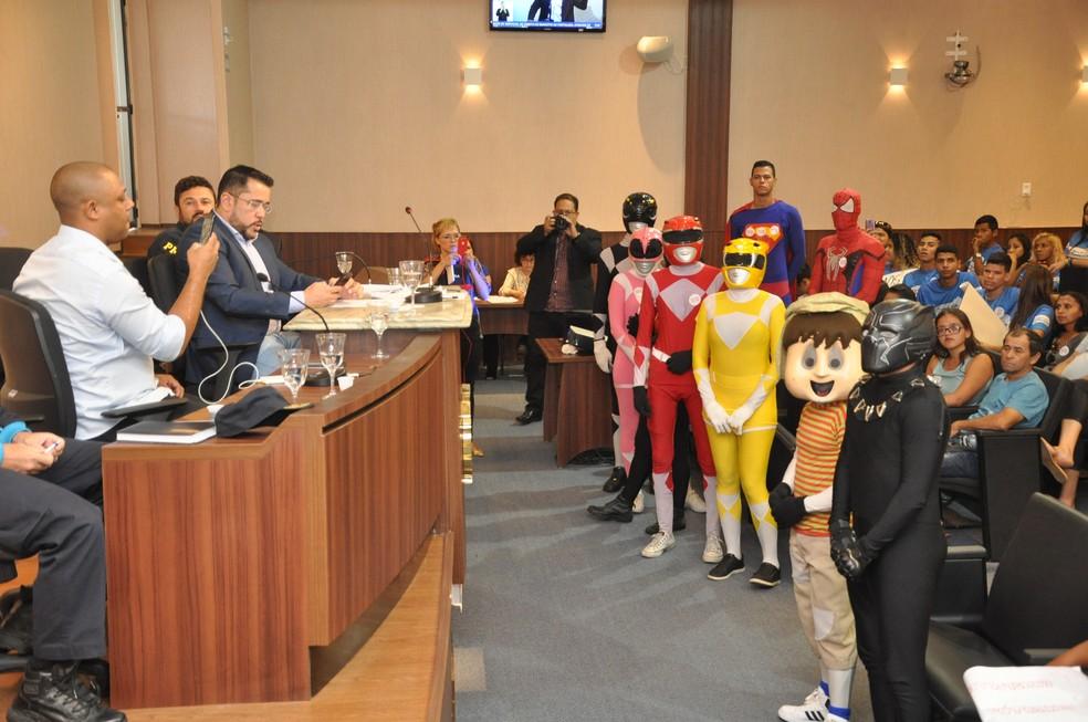 Pantera Negra, Superman e Chaves também estiveram na Câmara Municipal de Fortaleza em ato que pede regulaizaração de trens da alegrai — Foto: CMFor/Divulgação