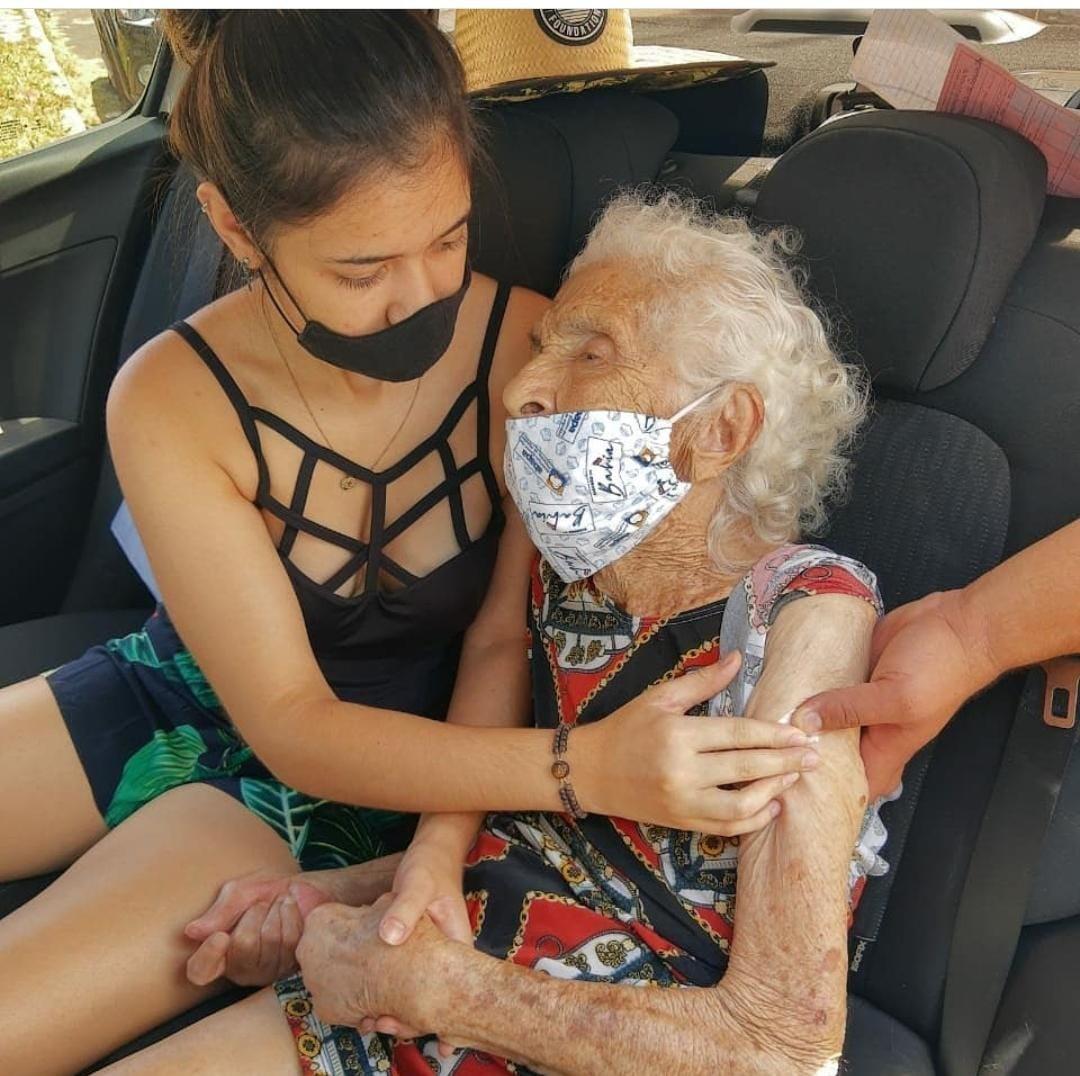 Secretário de Saúde pede desculpas a neto que carregou avó no colo para receber reforço da vacina contra Covid no DF