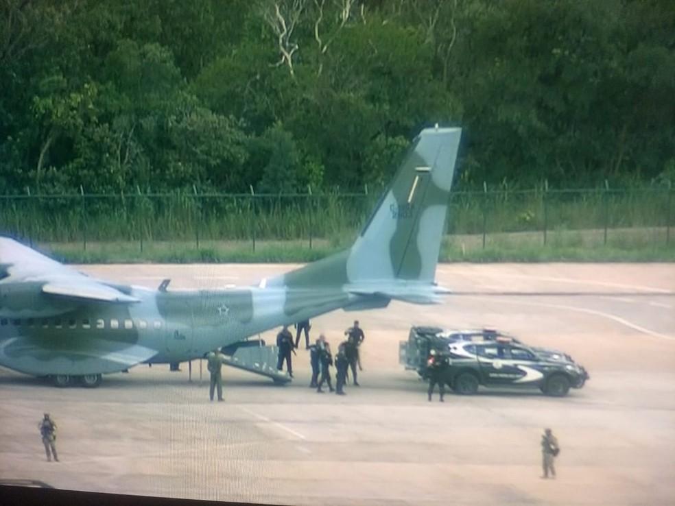 Quatro presos desembarcaram da aeronave da FAB sob forte esquema de segurança — Foto: TV Globo/Reprodução