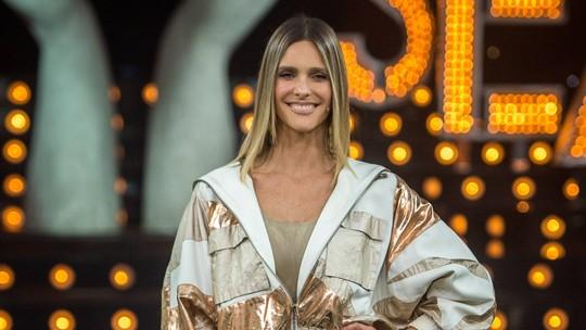 Fernanda Lima usa look despojado com jaqueta bomber e short curto