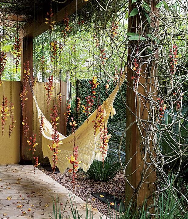 De longe, os cachos de flores pendentes caindo sob a rede passam a impressão de chuva no jardim. Paisagismo de Irene Cisneros (Foto: Evelyn Müller/Casa e Jardim)