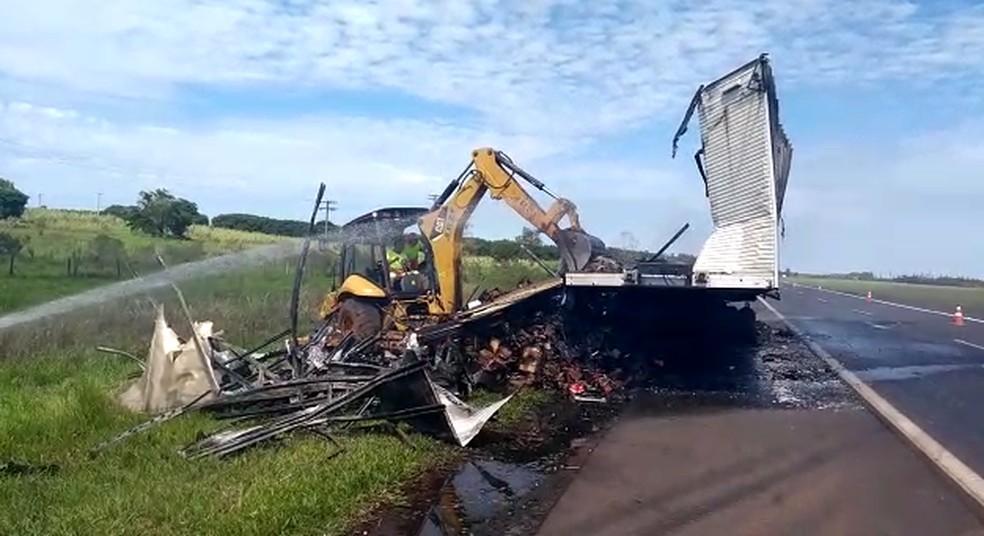 Carga de carreta fica destruída após pegar fogo na Rodovia Castello Branco — Foto: Reprodução/TV TEM