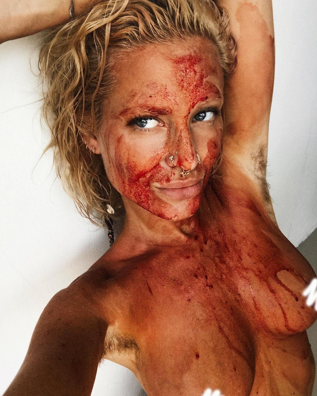 Maxinne Björk cobriu o corpo com sangue menstrual (Foto: Reprodução / Instagram)