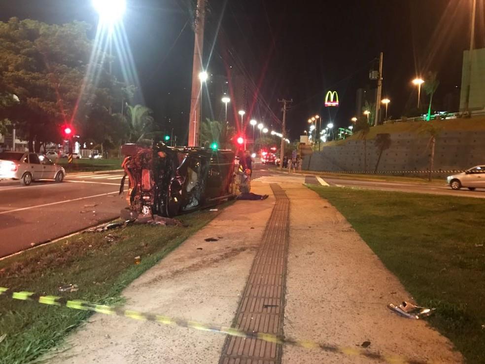 Caminhonete capotou depois de bater em outro veículo em avenida de Campo Grande (Foto: Camila Jovê/TV Morena)