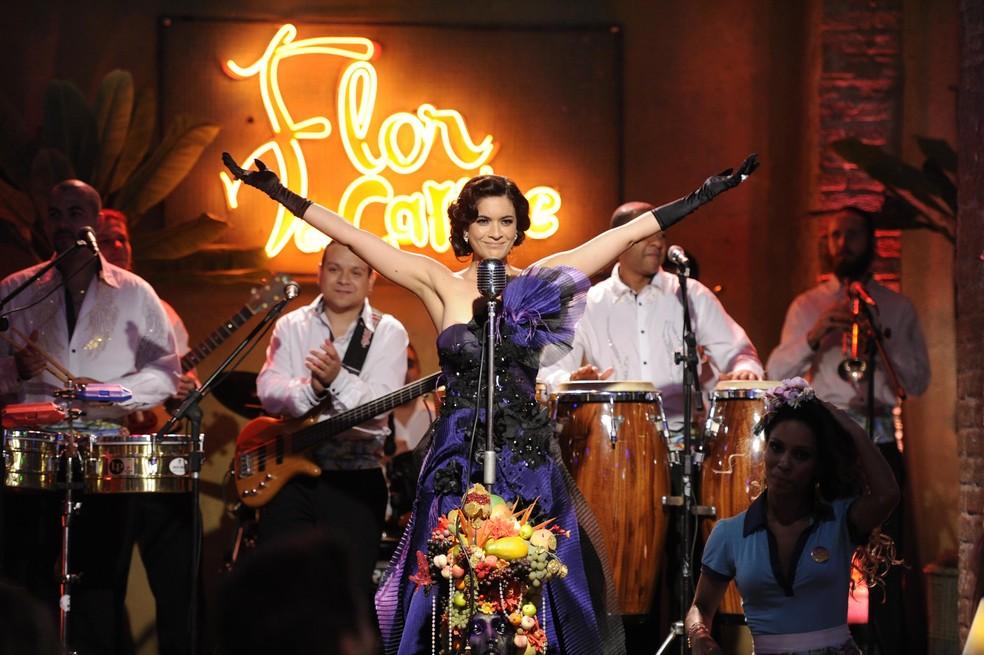 Cristal (Moro Anghileri) brilha durante a inauguração do bar de Cassiano (Henri Castelli) e Duque (Jean Pierre Noher) - 'Flor do Caribe' — Foto: Estevam Avellar/Globo