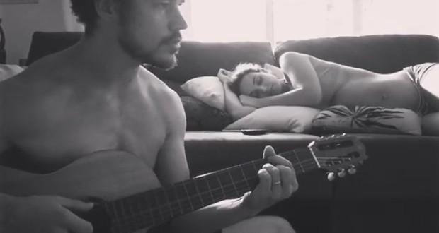 José Loreto canta para Débora Nascimento (Foto: Reprodução)