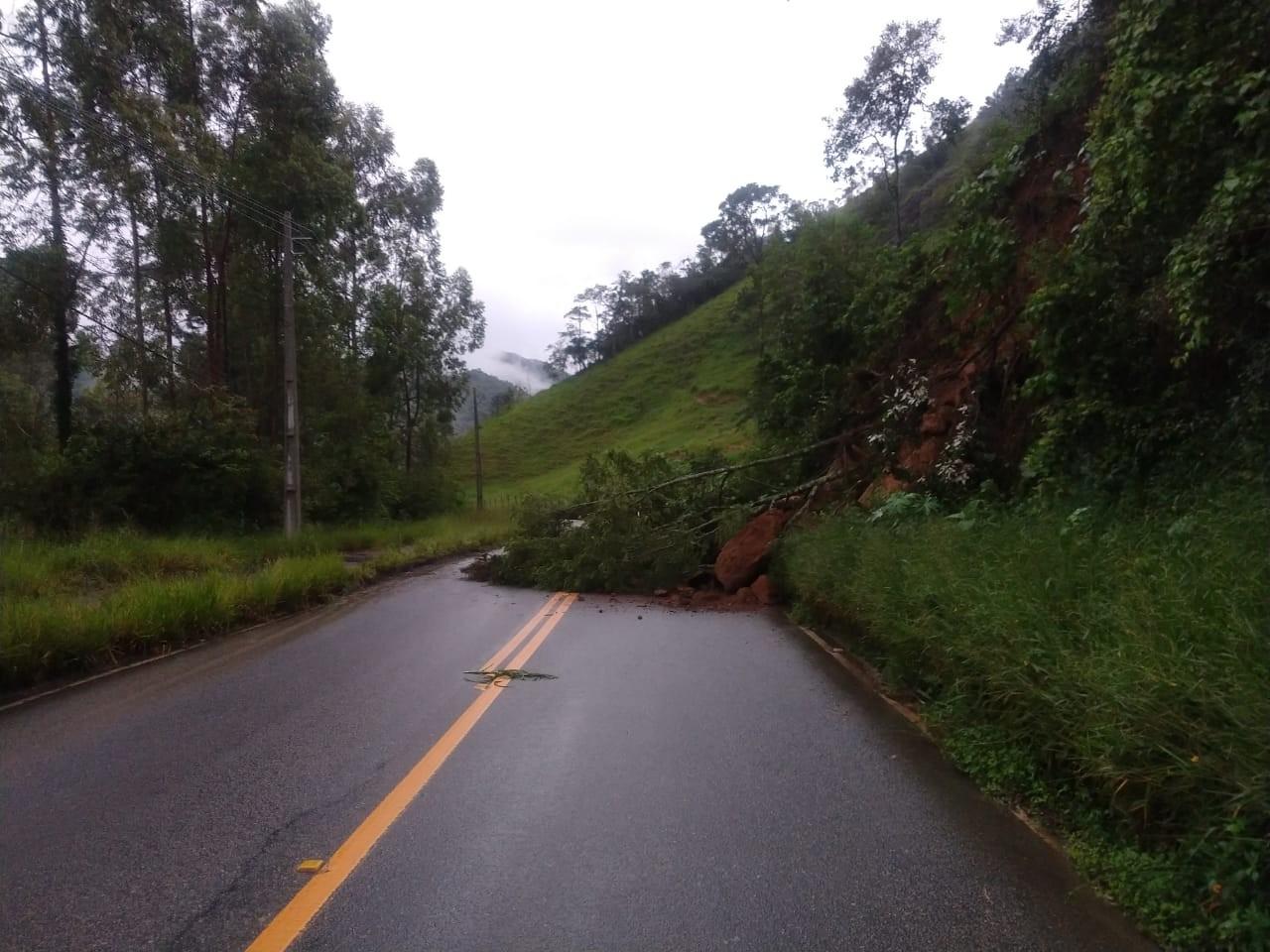 Barreira atinge trecho da RJ-142, a Estrada Serramar, em Nova Friburgo