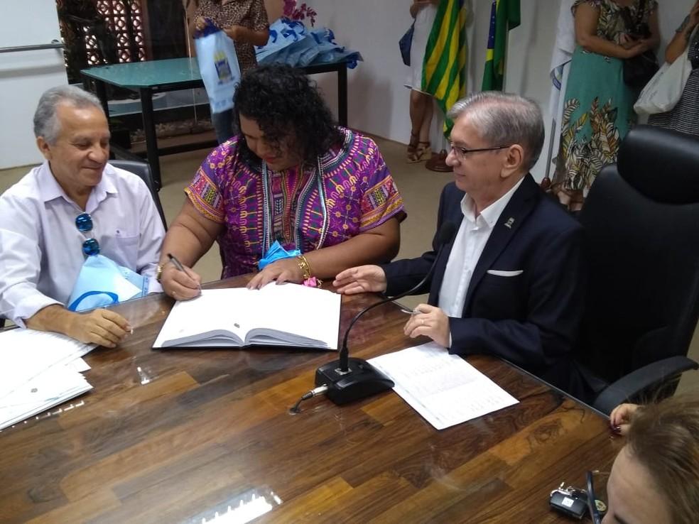 Letícia assina documento de posse do cargo de professora da Universidade Federal do Piauí — Foto: Arquivo Pessoal