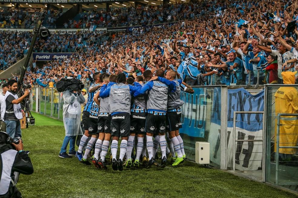 Gremistas comemoram gol de Leonardo no Gre-Nal — Foto: Lucas Uebel/Divulgação Grêmio