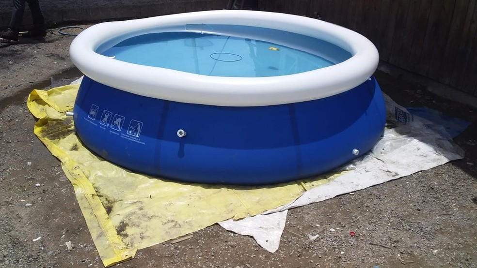 Suspeito alega que a criança foi encontrada desacordada na piscina de uma casa vizinha — Foto: Polícia Civil/Divulgação