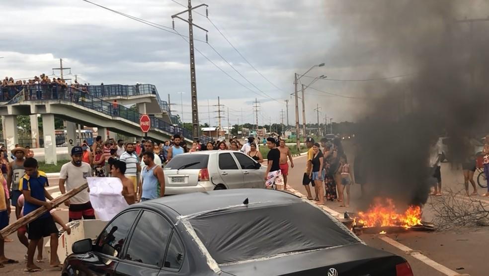Fogo em pneus e pedaços de madeira no meio da BR-210, em Macapá, na tarde de terça-feira (10) — Foto: Ronaldo Brito/Rede Amazônica