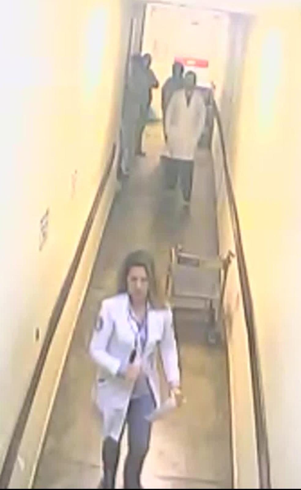 Câmera mostra a médica Ana Paula abandonando o plantão — Foto: Reprodução/TV Globo