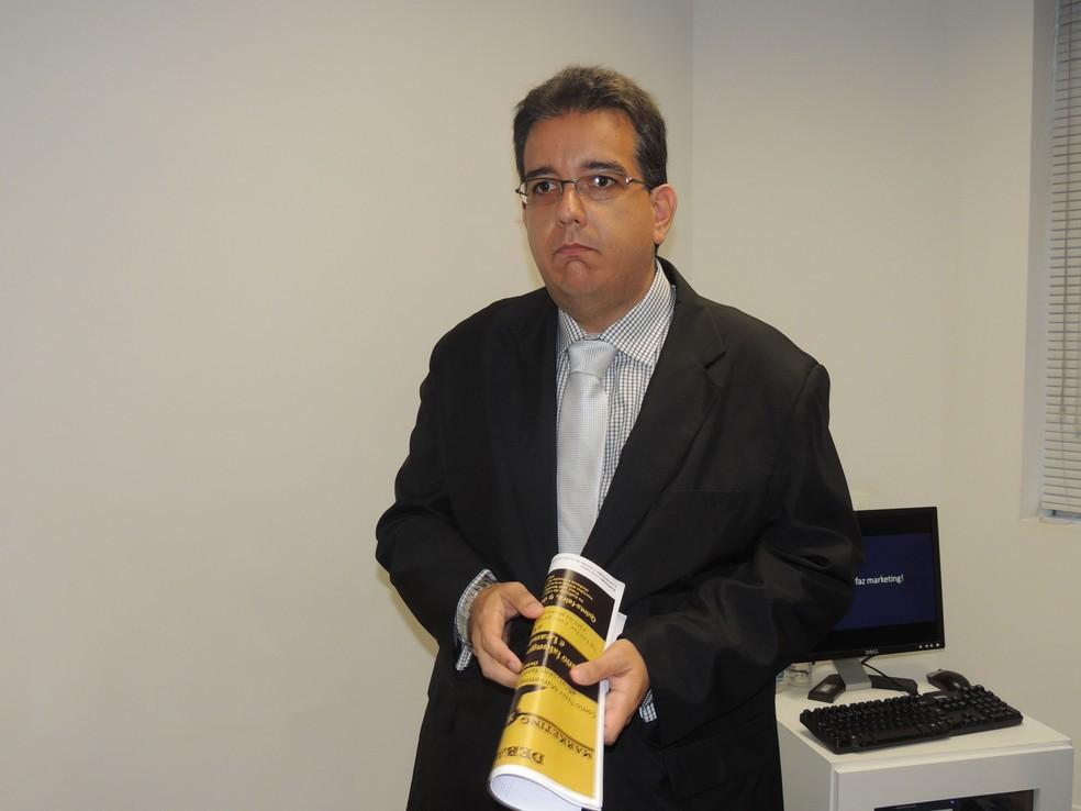 O jornalista Julio Marcondes defende a necessidade das empresas investirem em comunicação (Foto: Nathalie Monteiro – Assessoria OAB Santos)