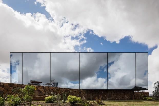 Hotel em vinícola do Uruguai tem fachada espelhada (Foto: arquitecto¶data)