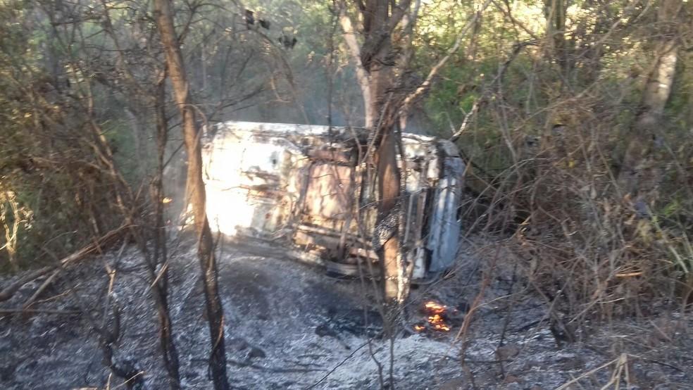 Carro pegou fogo após sair da pista na BR-135 (Foto: Divulgação/PRF)