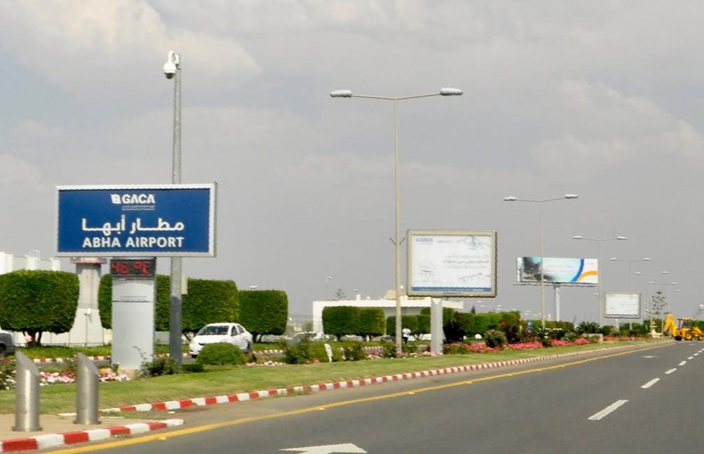Placa para o aeroporto de Abha, no sudoeste da Arábia Saudita, que foi atingido por um míssil nesta quarta-feira (12). — Foto: AFP