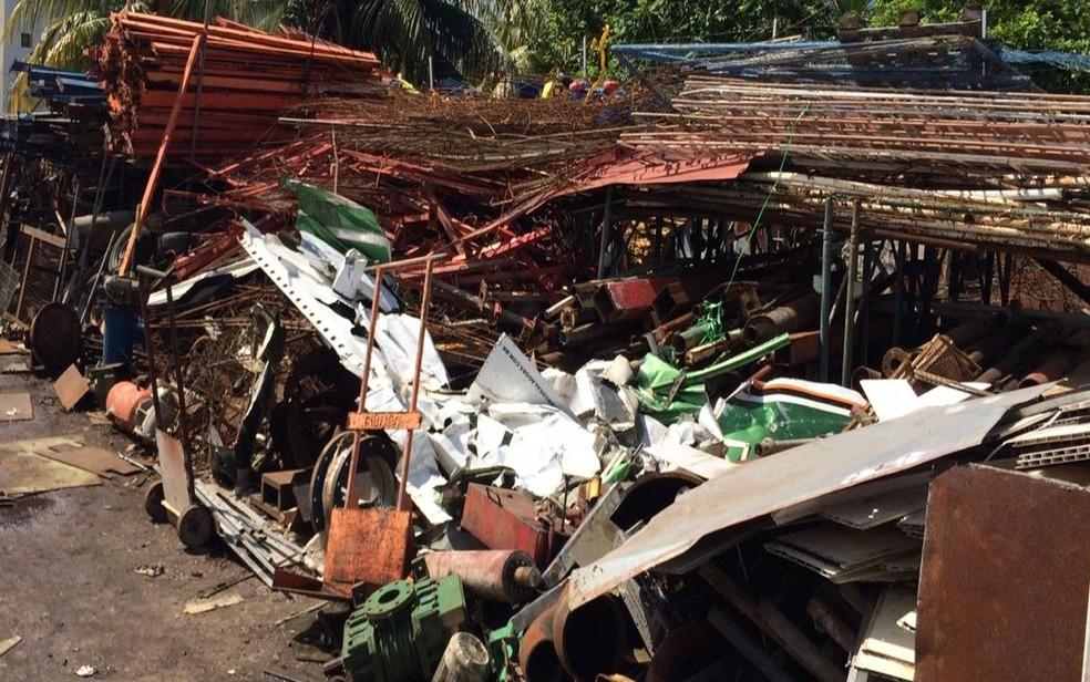 Parte do avião está em ferro-velho de Aracaju — Foto: Rafael Carvalho/TV Sergipe