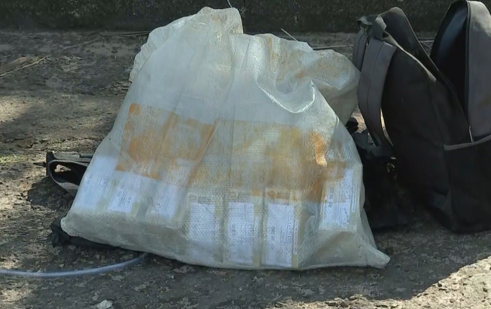 Polícia encontrou parte do dinheiro roubado dentro de carro em Botucatu — Foto: TV TEM/Reprodução