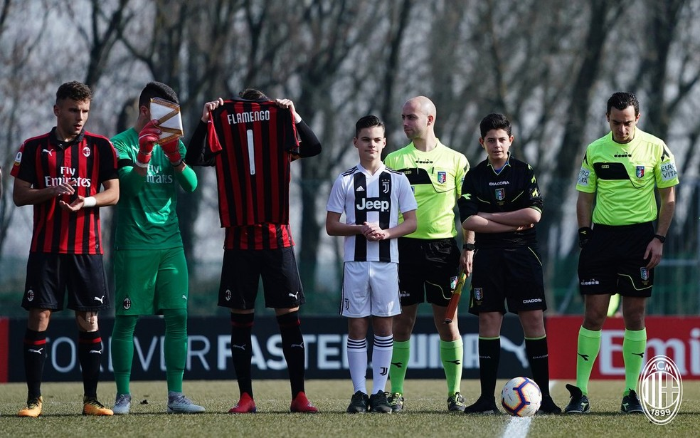 Milan presta homenagem para as vítimas da tragédia no CT do Flamengo — Foto: Reprodução