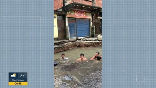 Moradores de Belford Roxo usam buraco aberto na rua como piscina