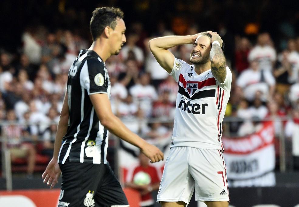Alexandre Pato vira dúvida contra o Ceará — Foto: Marcos Ribolli