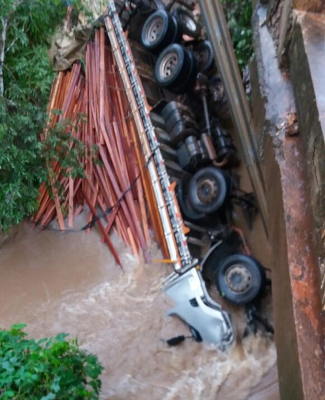 Caminhão carregado de madeira caiu no rio após o acidente na BR-010 (Foto: Divulgação/PRF-MA)
