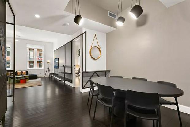 Uso do preto como base, no piso (Foto: Sceg Architects/Reprodução)