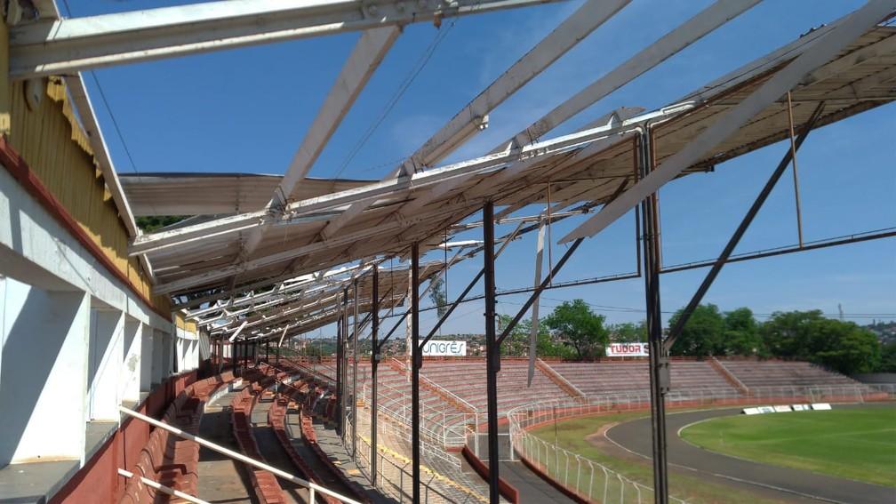 Estádio Alfredo de Castilho teve cobertura danificada na madrugada — Foto: Bruno Freitas/EC Noroeste