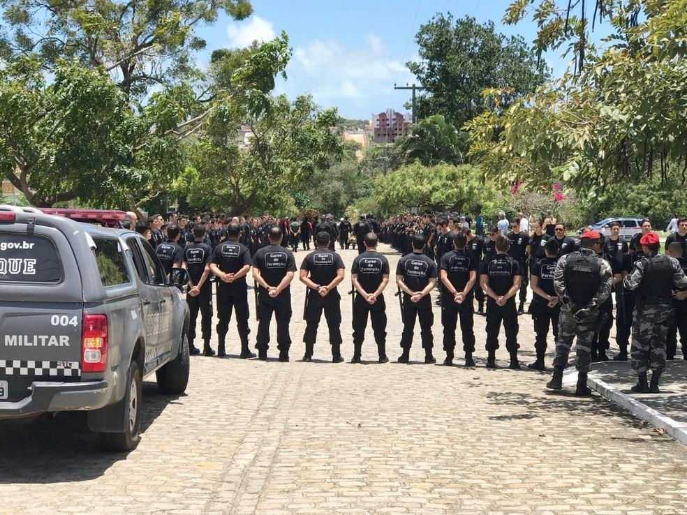 Agentes do curso de formação de agentes penitenciários também foram ao cemitério prestar condolências (Foto: Kleber Teixeira/Inter TV Cabugi)
