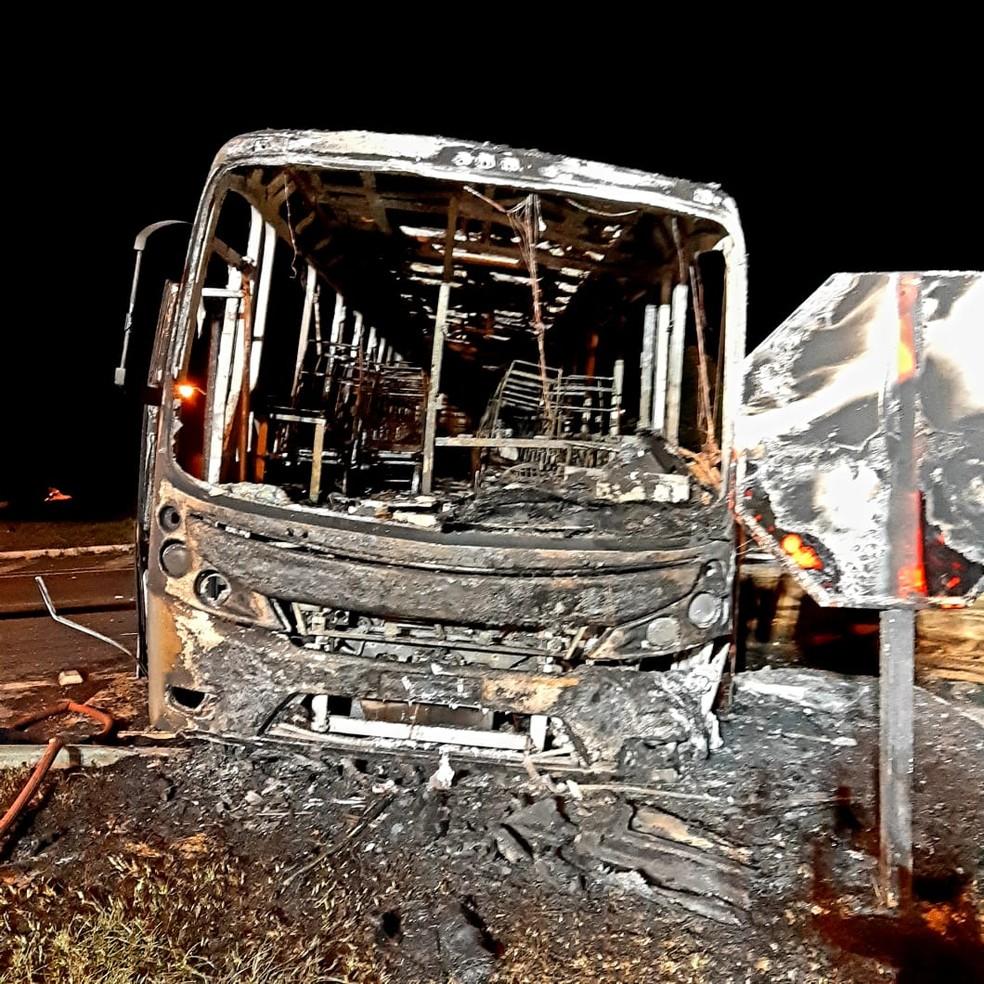Depois do acidente, o ônibus pegou fogo, mas o motorista conseguiu escapar a tempo — Foto: Rodrigo Brito/RPC