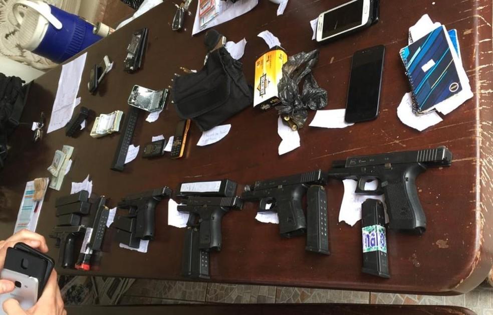 Armas e outros objetos apreendidos quando Chico Gimenez foi preso — Foto: Polícia Federal/Divulgação