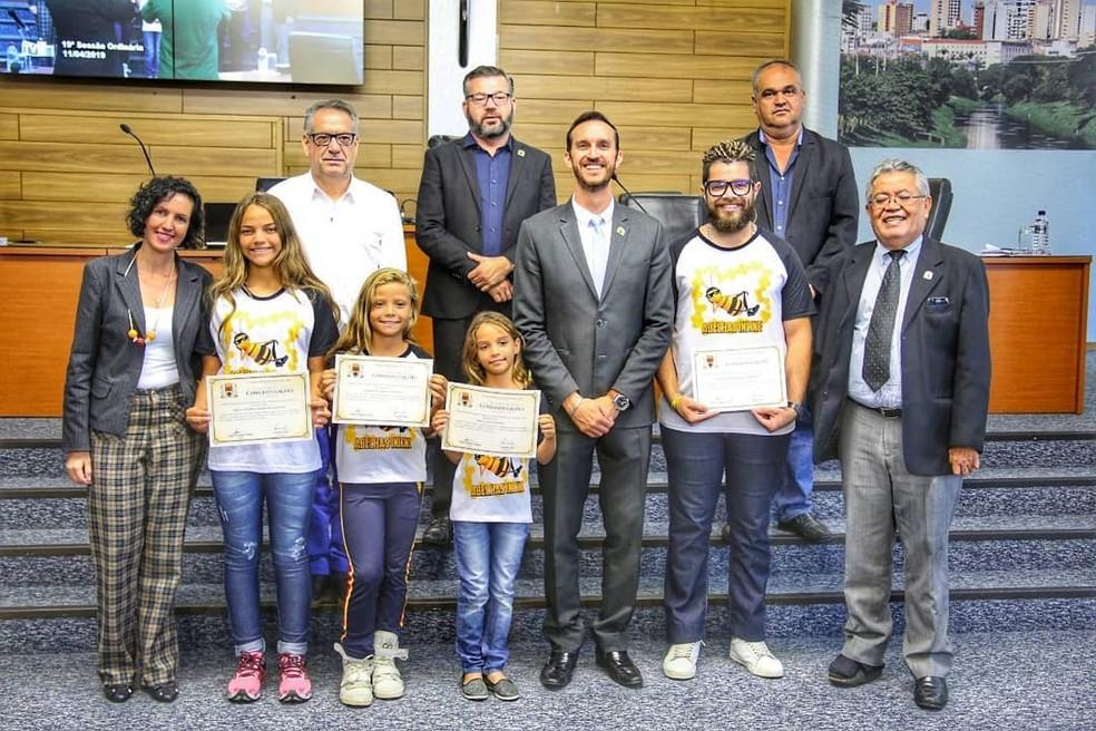 Grupo foi homenageado na Câmara por representar a cidade no campeonato de Florianópolis — Foto: Reprodução/Facebook