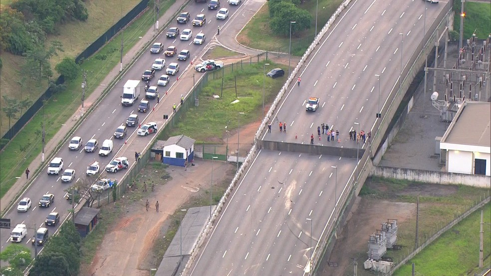 Imagem aérea mostra pista que cedeu na Marginal Pinheiros, em SP, nesta quinta (15) — Foto: Reprodução/TV Globo