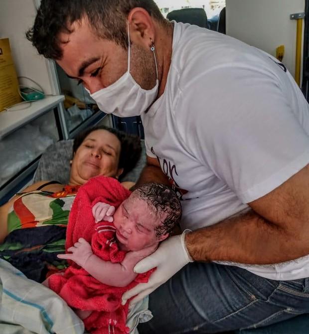 Michaella e Cecília na ambulância, com o socorrista (Foto: Arquivo pessoal)